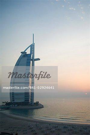 Coucher du soleil, l'hôtel Burj Al Arab, Dubai, Émirats Arabes Unis, Moyen-Orient