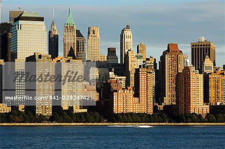 Skyline de Lower Manhattan Financial District à travers le fleuve de Hudson, New York City, New York, États-Unis d'Amérique, l'Amérique du Nord