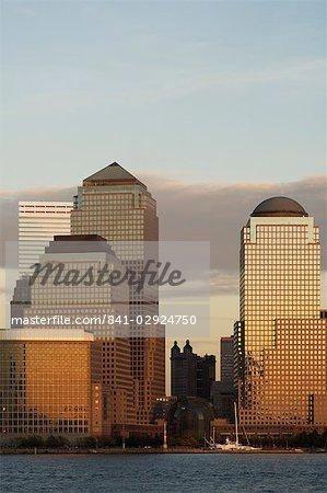 World Financial Center bâtiments à travers le fleuve de Hudson au crépuscule, Manhattan, New York City, New York, États-Unis d'Amérique, l'Amérique du Nord