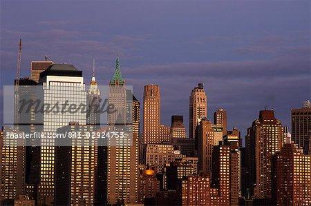 Skyline de Lower Manhattan à travers le fleuve Hudson à la tombée de la nuit, New York City, New York, États-Unis d'Amérique, l'Amérique du Nord
