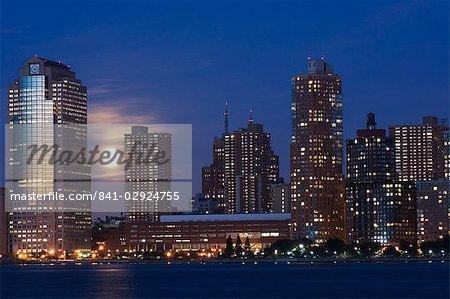 Full moon rising sur toits de Lower Manhattan, le fleuve Hudson, New York City, New York, États-Unis d'Amérique, Amérique du Nord