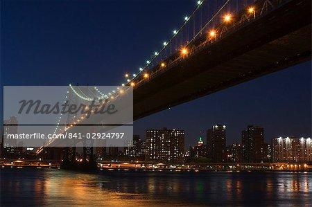 Pont de Manhattan à la tombée de la nuit, New York City, New York, États-Unis d'Amérique, l'Amérique du Nord