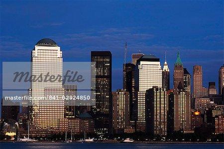 Skyline de Lower Manhattan au crépuscule le fleuve Hudson, New York City, New York, États-Unis d'Amérique, Amérique du Nord