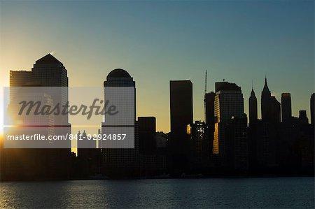 Skyline de Lower Manhattan au lever du soleil sur le fleuve Hudson, New York City, New York, États-Unis d'Amérique, l'Amérique du Nord