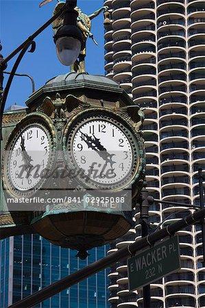 Vieille horloge sur le coin de 33 East Wacker Drive, anciennement appelé le bâtiment de bijoux, Marina City, dans le fond, Chicago, Illinois, États-Unis d'Amérique, l'Amérique du Nord