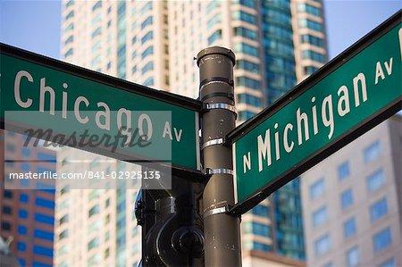 North Michigan Avenue et l'Avenue Chicago signpost, The Magnificent Mile, Chicago, Illinois, États-Unis d'Amérique, Amérique du Nord