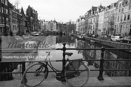 Imge noir et blanc d'un vieux vélo le Singel canal, Amsterdam, Pays-Bas, Europe