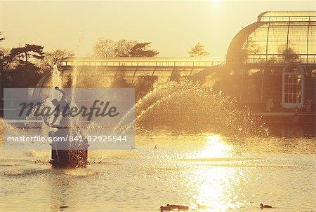 Palmenhaus und Brunnen an der Royal Botanic Gardens, Kew, London, England, Vereinigtes Königreich