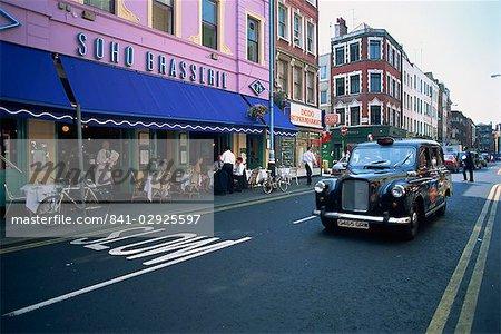 Taxi auf Old Compton Street, Soho, London, England, Vereinigtes Königreich, Europa