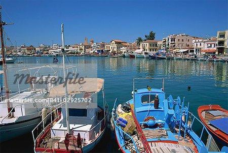 Bateaux de pêche amarrés dans le port de la ville d'Egine, Aegina, îles Saroniques, îles grecques, Grèce, Europe