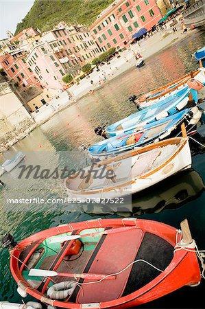 Bateaux à quai dans un port, Riviera italienne, Parc National des Cinque Terre, Piazza Marconi, Il Porticciolo, Vernazza, La Spezia, Ligurie, Italie