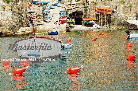Bateau amarré dans un port, Riviera italienne, Gênes, Ligurie, Italie