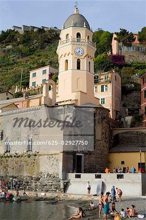 Vue d'angle faible d'une église dans une ville, l'église d'Antioche de Santa Margherita, Riviera italienne, Parc National des Cinque Terre, Vernazza, La Spezia, Ligurie, Italie
