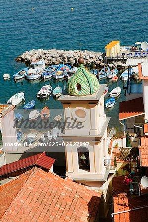 Vue d'angle élevé d'une église, l'église de Sainte-Anne, Marina Grande, Capri, Sorrento, péninsule de Sorrente, Province de Naples, Campanie, Italie