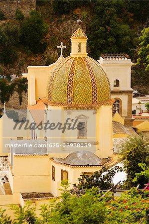 Vue d'angle élevé d'une église dans une ville, Chiesa di Santa Maria Assunta, Positano, Amalfi Coast, Salerno, Campanie, Italie