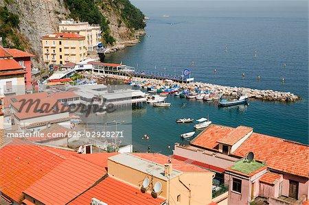 Vue d'angle élevé des bâtiments en bord de mer, Marina Grande, Capri, Sorrento, péninsule de Sorrente, Province de Naples, Campanie, Italie