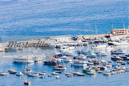 Vue d'angle élevé de bateaux dans un port, Riviera italienne, Santa Margherita Ligure, Gênes, Ligurie, Italie