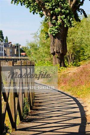 Clôture en bois dans un parc, Le Mans, Sarthe, Pays-de-la-Loire, France