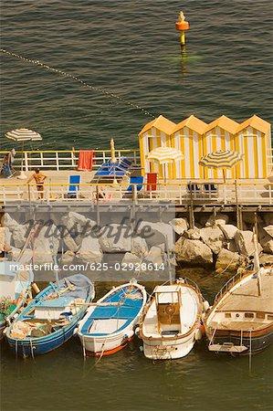 Vue grand angle tourist resorts, Marina Grande, Capri, Sorrento, péninsule de Sorrente, Province de Naples, Campanie, Italie