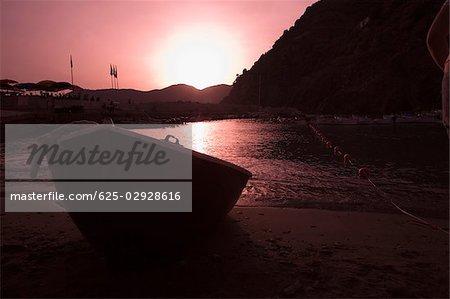 Promenade en bateau sur la plage au crépuscule, Parc National des Cinque Terre, Il Porticciolo, Vernazza, Riviera italienne, La Spezia, Ligurie, Italie