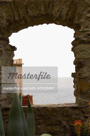 Vue de paysage marin à travers une fenêtre, Parc National des Cinque Terre, La Spezia, Ligurie, Italie