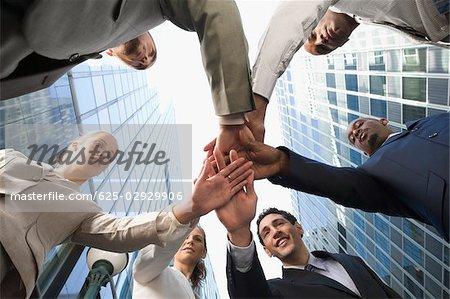 Vue faible angle d'empilement des mains des dirigeants d'entreprise