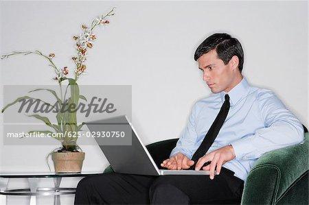 Homme d'affaires à l'aide d'un ordinateur portable