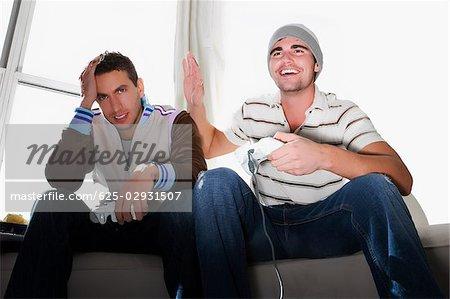 Deux jeunes hommes jouant le jeu vidéo