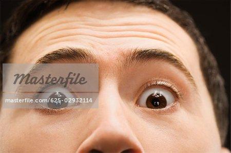 Portrait d'un jeune homme avec des sourcils surélevés