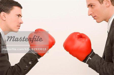 Profil latéral des deux hommes d'affaires de boxe