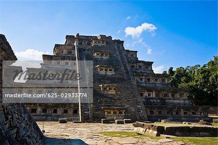 Vue d'angle faible d'une pyramide, la pyramide des Niches, El Tajin, Veracruz, Mexique