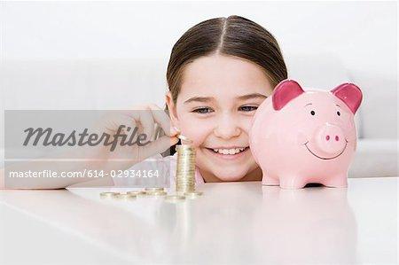 Junges Mädchen mit Sparschwein