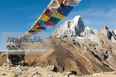 Drapeaux de prière bouddhiste en Himalaya
