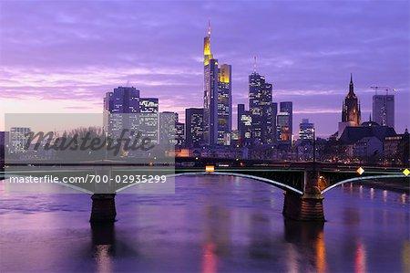 Ignatz Bubis pont au-dessus de la rivière Main et Skyline, Francfort-sur-le-main, Hesse, Allemagne