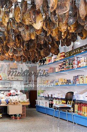 Jambons Serrano, suspendus au plafond d'une épicerie à Séville, Andalousie, Espagne