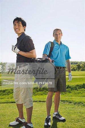 Hommes sur le terrain de golf