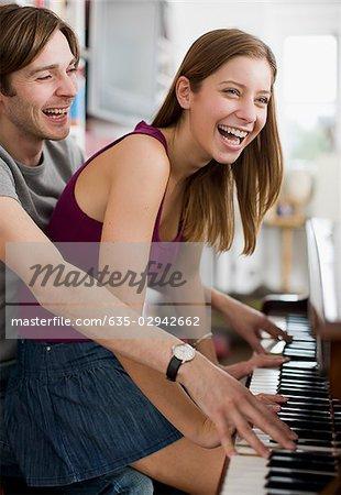 Duo jeu de couple au piano