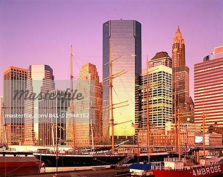 Navires et gratte-ciels de South Street Seaport, Manhattan, New York City, États-Unis d'Amérique, l'Amérique du Nord