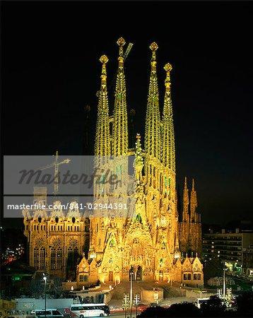 La Sagrada Familia, la cathédrale de Gaudi, éclairée la nuit à Barcelone, Catalogne, Espagne, Europe