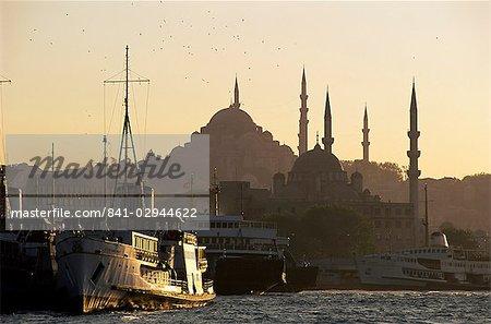 Port de Sirkeci et mosquées Yeni et Soliman derrière, Istanbul, Turquie, Europe, Eurasie