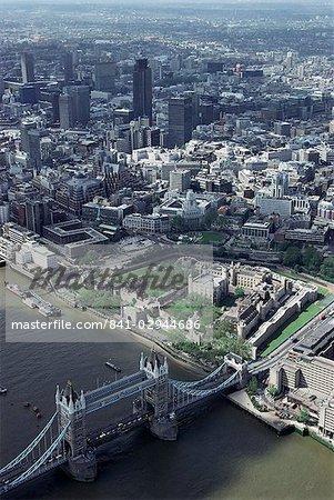 Luftbild der Tower Bridge, Tower of London und der City of London, London, England, Vereinigtes Königreich, Europa