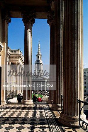 Blick von der National Gallery of St. Martin in der Fields, Trafalgar Square, London, Großbritannien, Europa