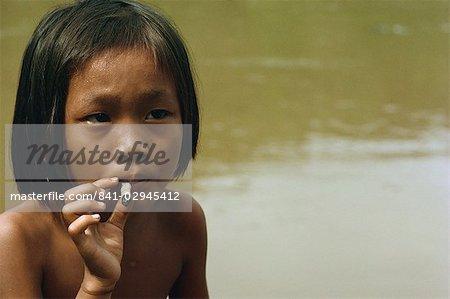 Kayan enfant fume, le long de la rivière Balui, Sarawak, en Malaisie, l'Asie du sud-est, Asie