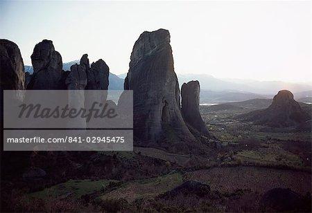 Piliers de roche au crépuscule, les météores, Grèce, Europe