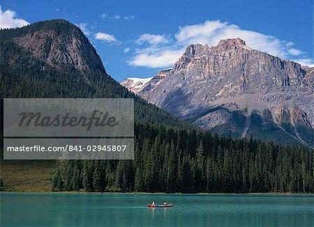 Couple en canot sur le lac d'émeraude dans les montagnes Rocheuses en Amérique du Nord de la Colombie-Britannique, Canada,