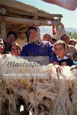 Femme fière de sa laine séchée, Kurdistan, Anatolie, Turquie, Asie mineure, Eurasie