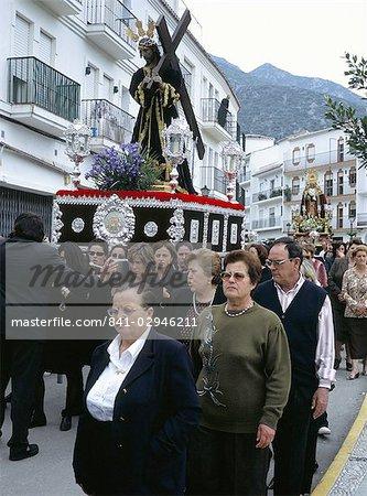 La foule dans la procession du vendredi Saint, avec la statue du Christ portant la Croix, suivies de la Vierge Marie en deuil, Istan, Malaga, Andalousie (Andalousie), Espagne, Europe