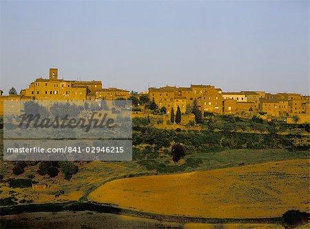 Village de colline fortifiée au crépuscule, Casole d'Elsa, Toscane, Italie, Europe