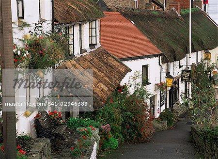 L'hôtel du soleil levant et bâtiments au toit de chaume, Lynmouth, Devon, Angleterre, Royaume-Uni, Europe