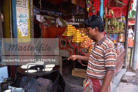 Fabrication parathas, marché de Banani, Dhaka, Bangladesh, Asie